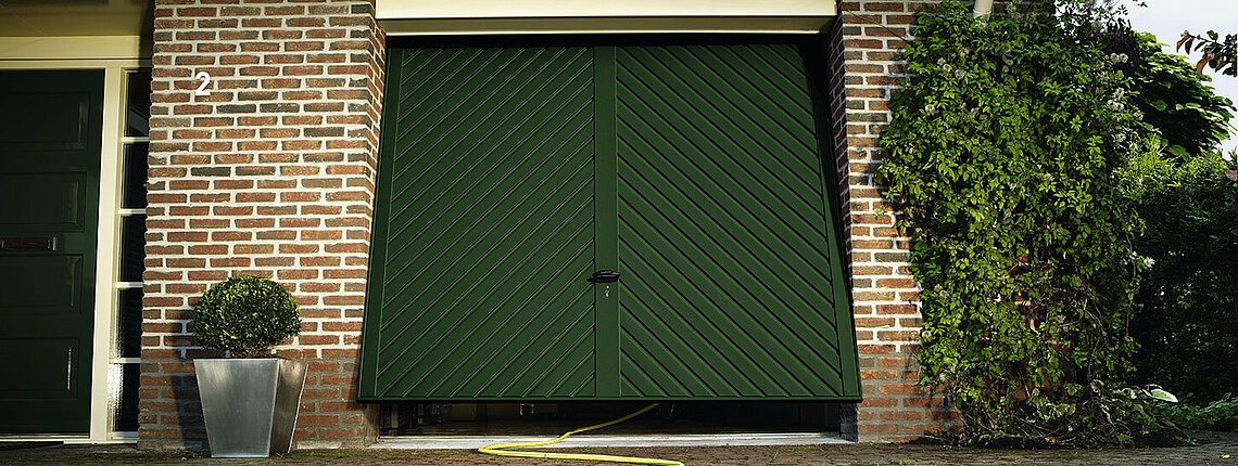 Garagen-Schwingtor aus tannengrün